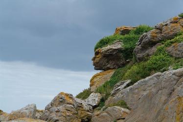 800px-Apache_head_in_rocks,_Ebihens,_France-615